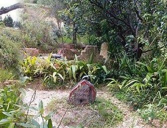 Alasora – Devant le tombeau