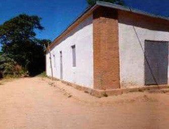 Ambohimanambola, devant l'école primaire du village