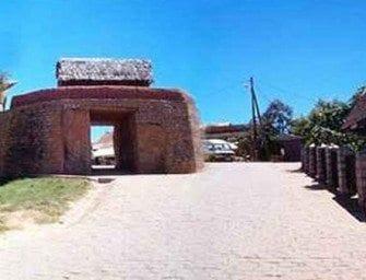 Ambohimanga, devant l'entrée